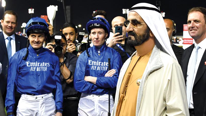 محمد بن راشد خلال متابعته أشواط السباق. تصوير: أسامة أبوغانم