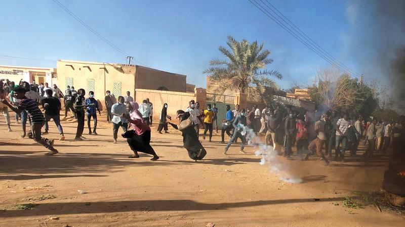 الشرطة السودانية فرقت تظاهرات بـ«الغاز» قبل  خطاب البشير وبعده. أرشيفية