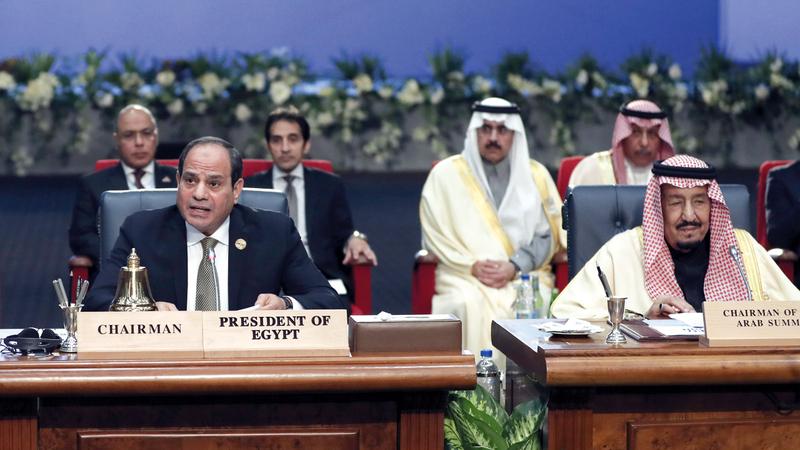 الملك سلمان والسيسي خلال الجلسة الافتتاحية للقمة العربية الأوروبية. أ.ب