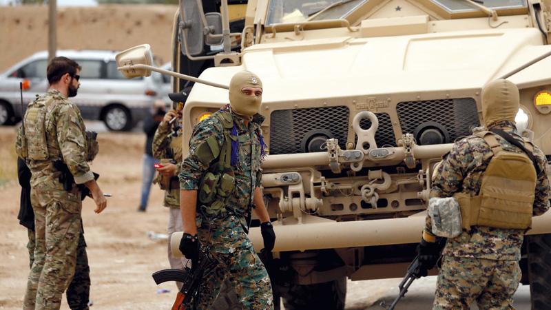 مجموعات من قوات سورية الديمقراطية وجنود أميركيون.  أرشيفية