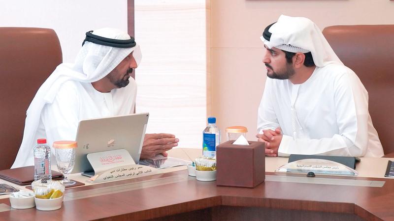 مكتوم بن محمد خلال ترؤسه اجتماع مجلس الشؤون الاستراتيجية بحضور أحمد بن سعيد. وام
