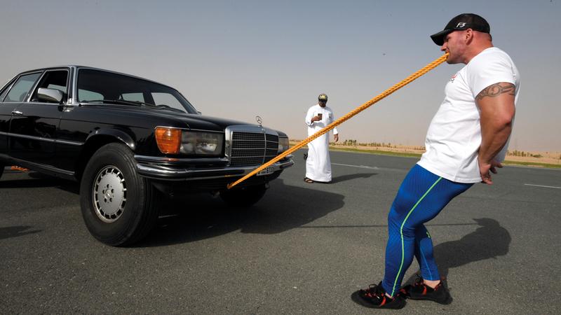 «شمشون أوروبا» يسحب سيارة بأسنانه.  تصوير: أسامة أبوغانم