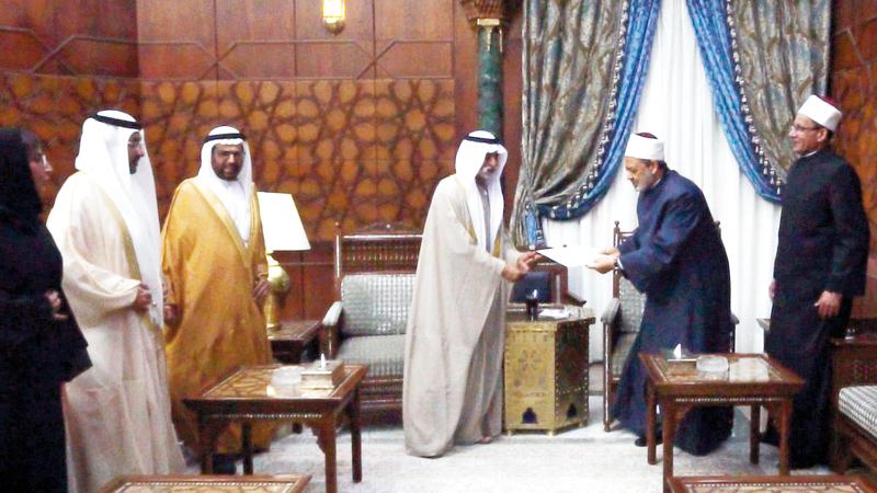 نهيان بن مبارك يسلم شيخ الأزهر رسالة محمد بن زايد. وام