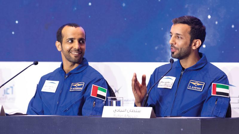 أول رائدَي فضاء إماراتيين سلطان النيادي (يمين) وهزاع المنصوري (يسار). تصوير: أحمد عرديتي