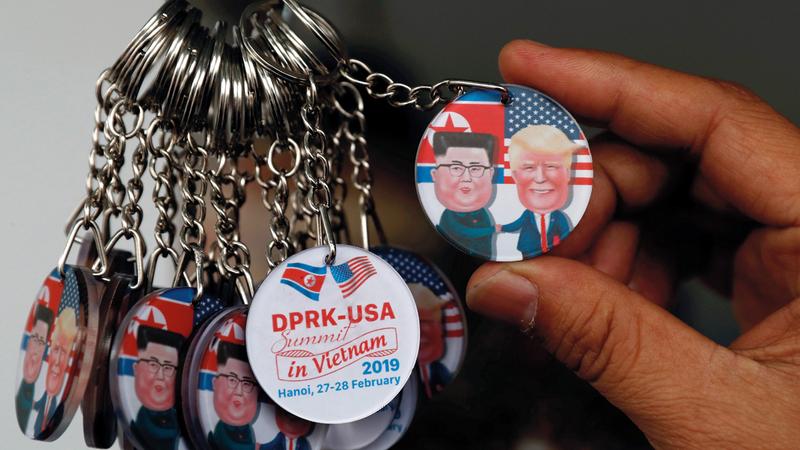 ميداليات عليها صورتي ترامب وكيم.