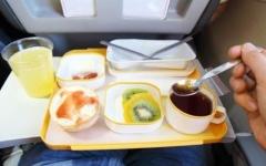الصورة: أطعمة يُنصح بتناولها أو تجنّبها على الرحلات الطويلة
