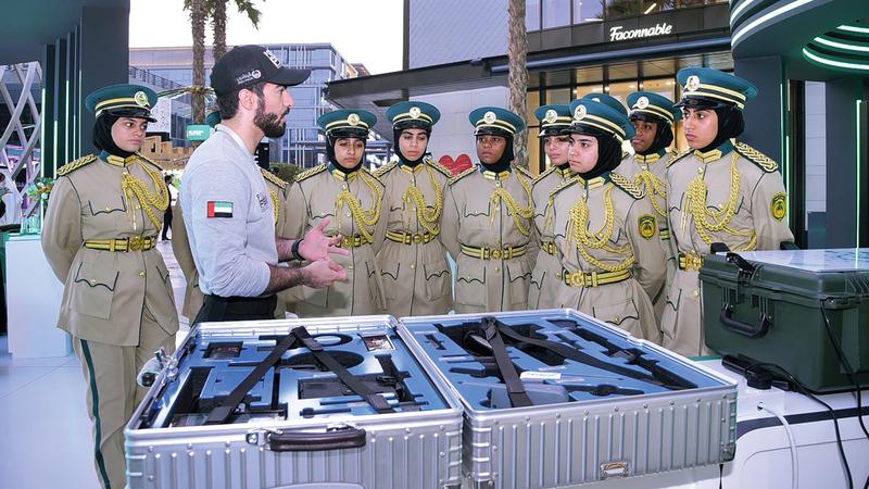 شرطة دبي عرضت مجموعة من الحقائب الابتكارية في «سيتي ووك». من المصدر