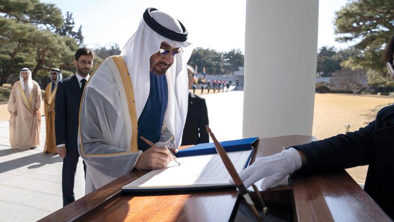 محمد بن زايد يدوَّن كلمة في كتاب زوار «مقبرة سيؤول الوطنية».  وام