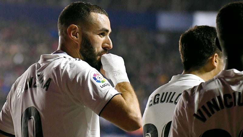 مهاجم ريال مدريد الفرنسي كريم بنزيمة يحتفل بهدفه في ليفانتي.  أ.ف.ب