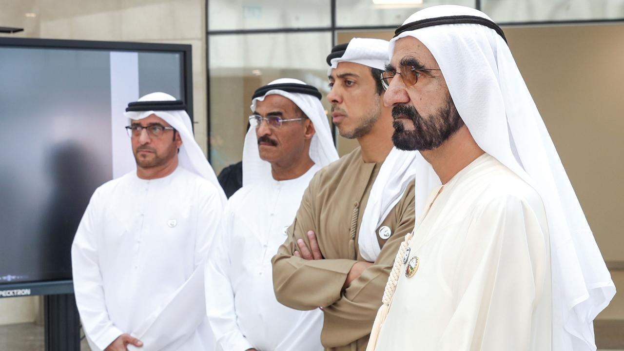 محمد بن راشد خلال الجولة بحضور منصور بن زايد وعبدالله بلحيف النعيمي. وام