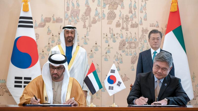 محمد بن زايد ورئيس جمهورية كوريا خلال توقيع اتفاقية لبناء أكبر مشروع لتخزين النفط. وام