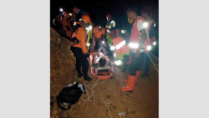 محاولة لإنقاذ أحد الناجين.  رويترز