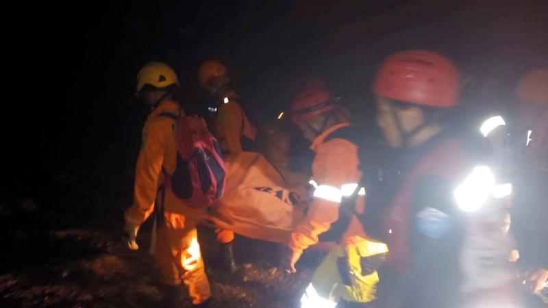 رجال الإنقاذ يحملون جثة عامل قتل في حادث الانهيار.  رويترز