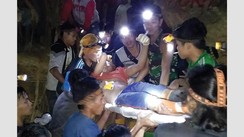 رجال الإنقاذ يواصلون البحث عن الناجين.  أ.ب