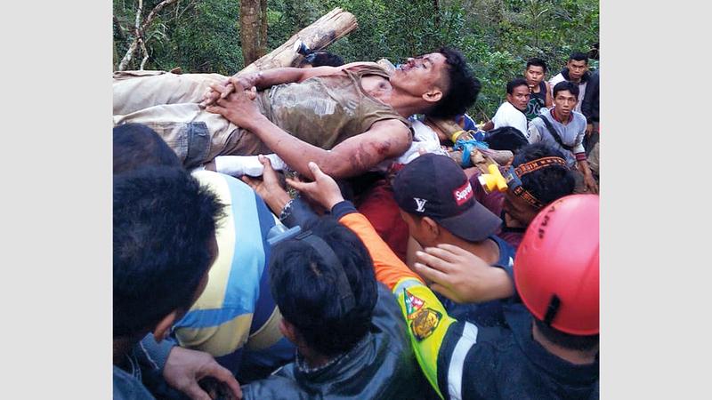رجال الإنقاذ ينتشلون أحد الناجين.  إي.بي.إيه