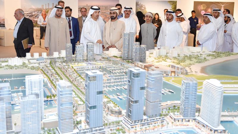 محمد بن راشد اطلع خلال الجولة على مجسّم ضخم للموقع الجديد لمعرض دبي العالمي للقوارب. وام