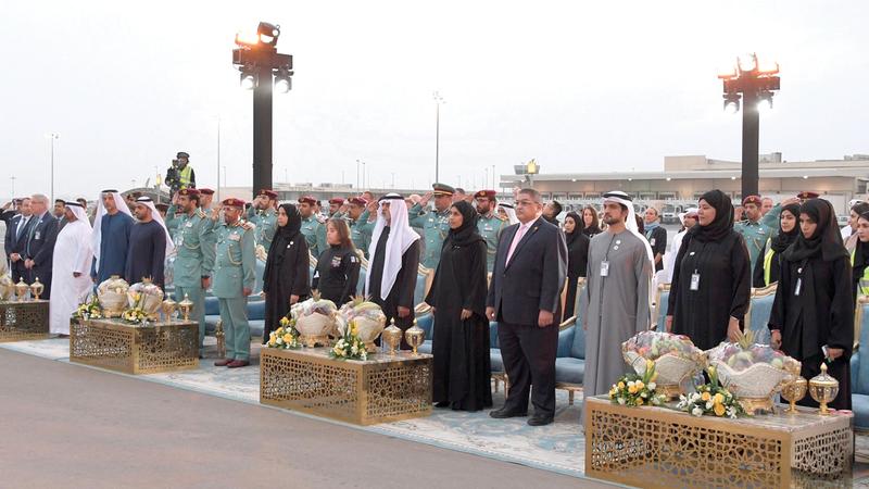نهيان بن مبارك وحصة بوحميد خلال حفل استقبال شعلة الأولمبياد الخاص أمس في أبوظبي.  وام