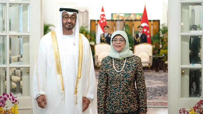 محمد بن زايد خلال لقائه الرئيسة السنغافورية. وام