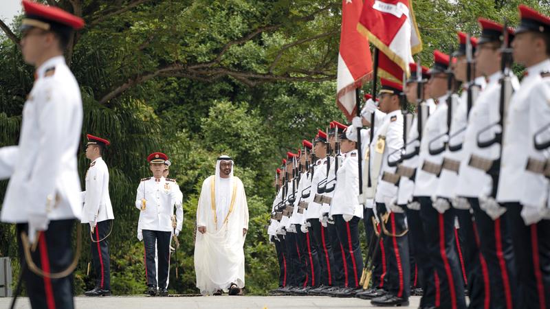 محمد بن زايد خلال مراسم استقبال رسمية لدى وصول سموه إلى «الإستانة». وام