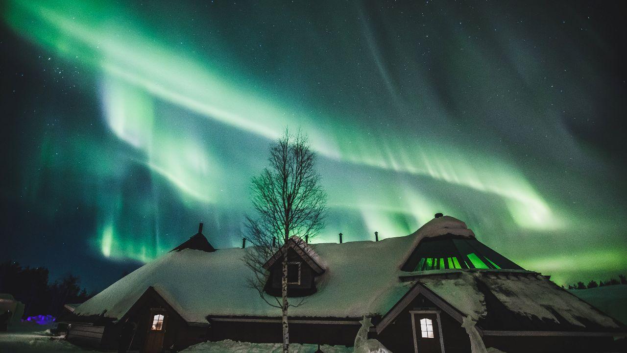 وصور أحد المتحمسين في روفانيمي لقطات لهذا المشهد المذهل، وقال إن أضواء الشمال هذه المرة هي الأقوى على الإطلاق منذ شهور.