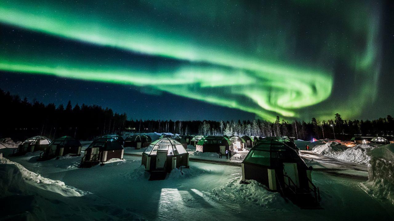 وتعرف الظاهرة باسم الشفق القطبي أو أضواء الشمال.