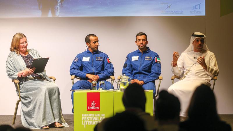 (من اليمين) المري والنيادي والمنصوري وبالهول خلال الجلسة.  تصوير: مصطفى قاسمي