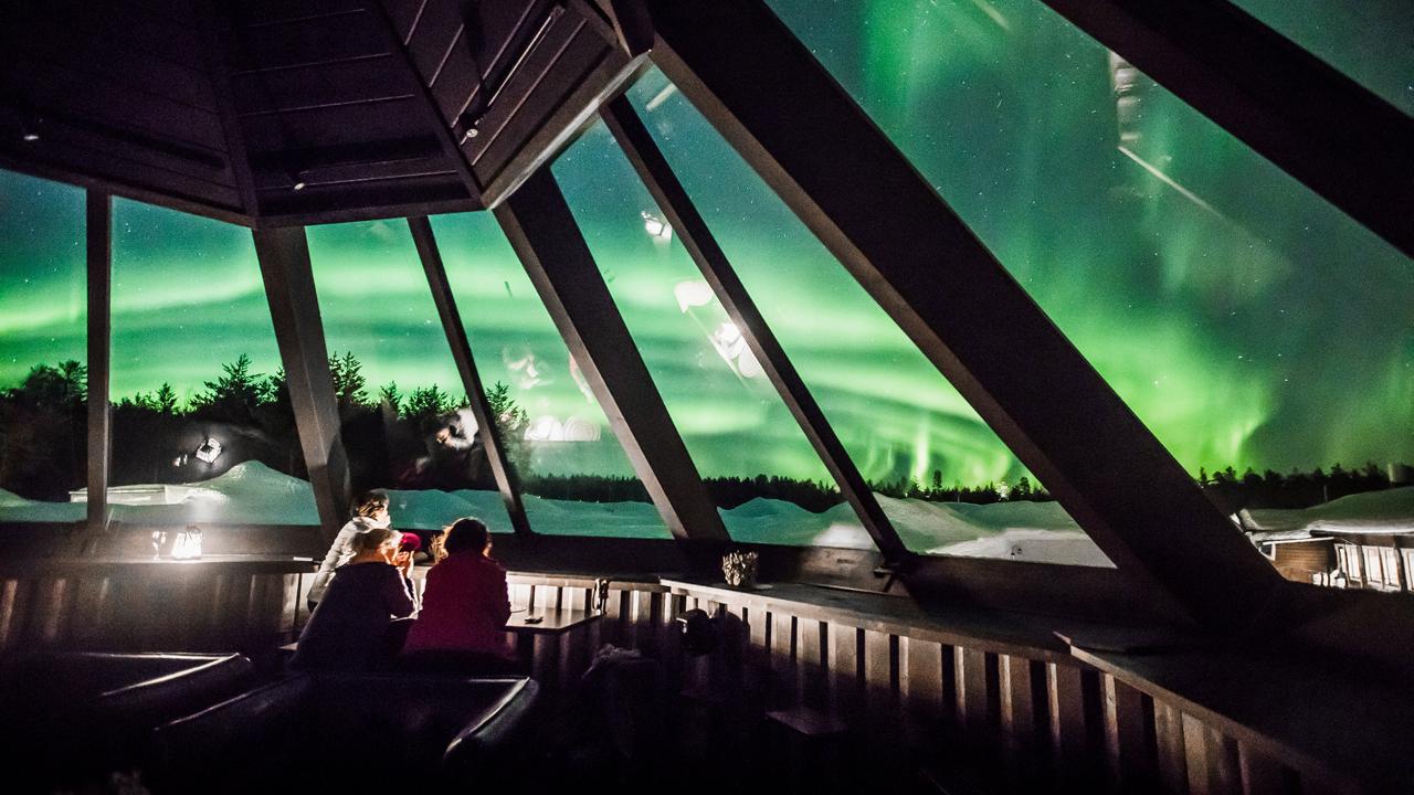 شهدت سماء ليتويارفي بالدائرة القطبية الشمالية عرضاً مبهراً لأضواء الشفق القطبي وتزينت السماء في فنلندا بالألوان الأخضر والوردي والأرجواني والأبيض أمس الخميس.
