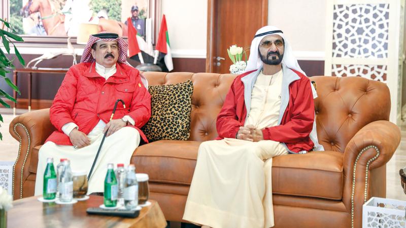 محمد بن راشد خلال لقائه ملك البحرين. وام