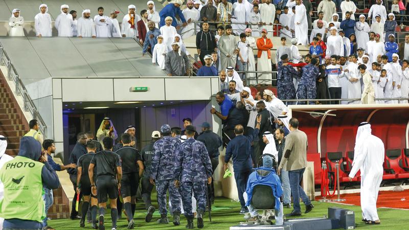 طاقم تحكيم مباراة الشارقة والفجيرة بقيادة عبدالله العاجل يغادر الملعب تحت حماية الأمن. من المصدر