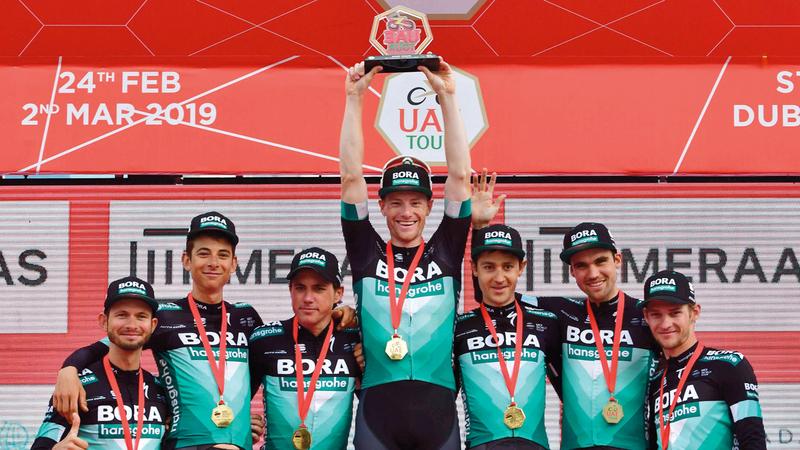 درّاجو «بورا» يحتفلون بلقب أفضل فريق. أ.ف.ب