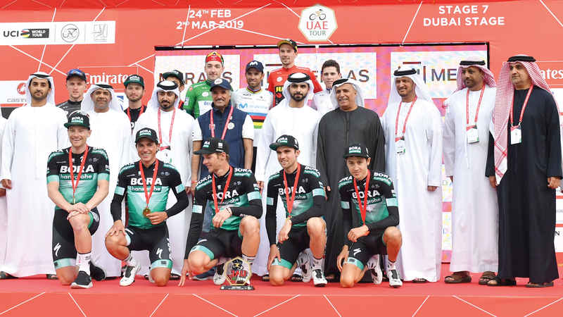 منصور بن محمد خلال تتويج الفائزين في ختام «طواف الإمارات». وام