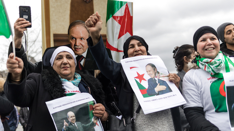 مؤيدون لبوتفليقة يحتشدون في باريس دعماً لولايته الخامسة. إي.بي.إيه