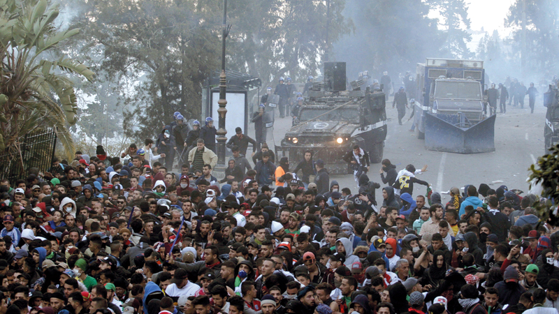 جانب من الاشتباكات بين المتظاهرين والشرطة الجزائرية أول من أمس. أسوشيتد برس