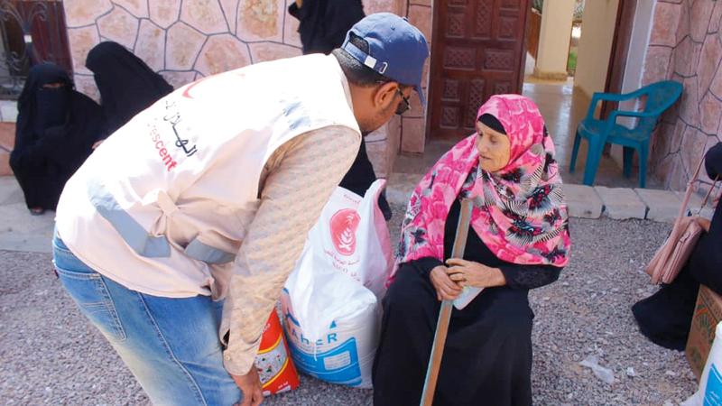 «الهلال» وزّع 160 طن أغذية على أهالي حجر والمضاربة بحضرموت ولحج. وام