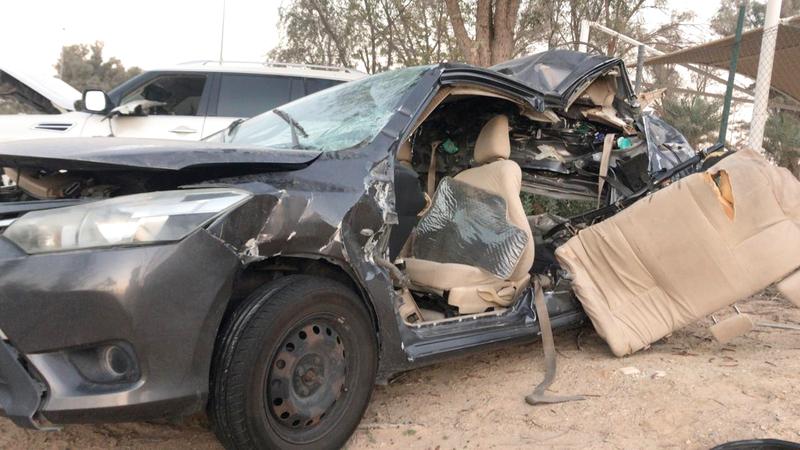 مركبة رباعية صدمت مركبة الأسرة فدفعتها خارج الطريق. من المصدر