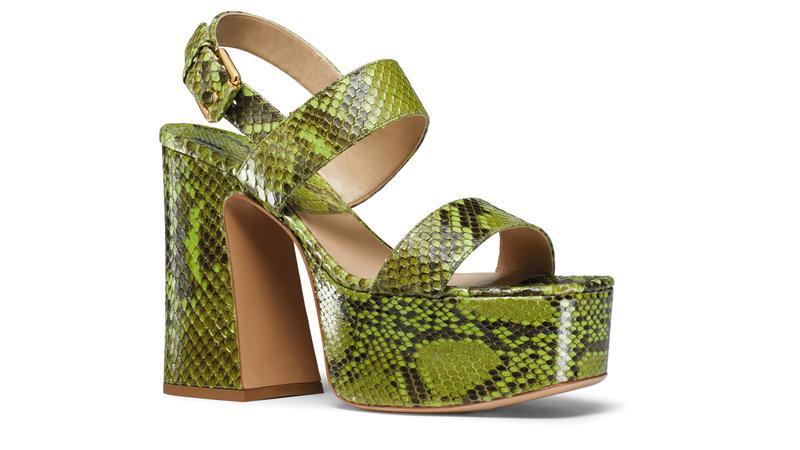 تتسم موضة الأحذية النسائية هذا الموسم بالخفة والشفافية. د.ب.أ
