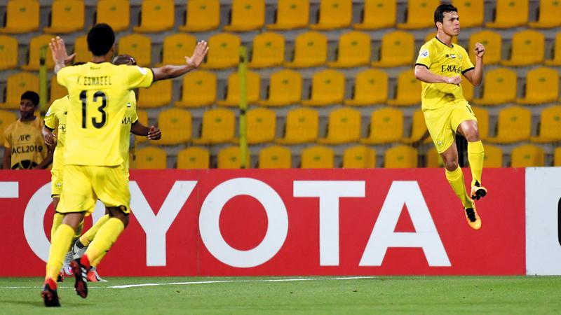 فابيو ليما سجل هدف الفوز واحتفل بطريقته الخاصة. تصوير: أسامة أبوغانم