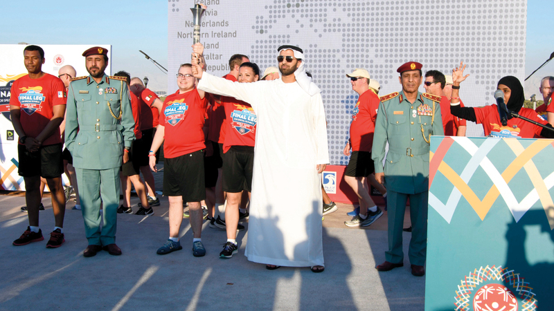 محمد بن سعود خلال استقباله شعلة الأمل. من المصدر
