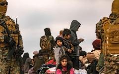 الصورة: استسلام المئات من عناصر «داعش» في الباغوز.. وإجلاء 6500 شخص خلال يومين