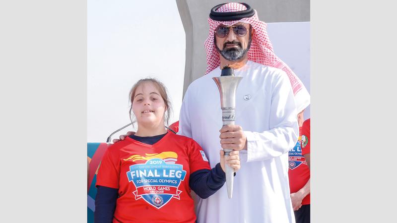 عمار النعيمي خلال استقبال «شعلة الأمل» وأبطال الأولمبياد الخاص. وام