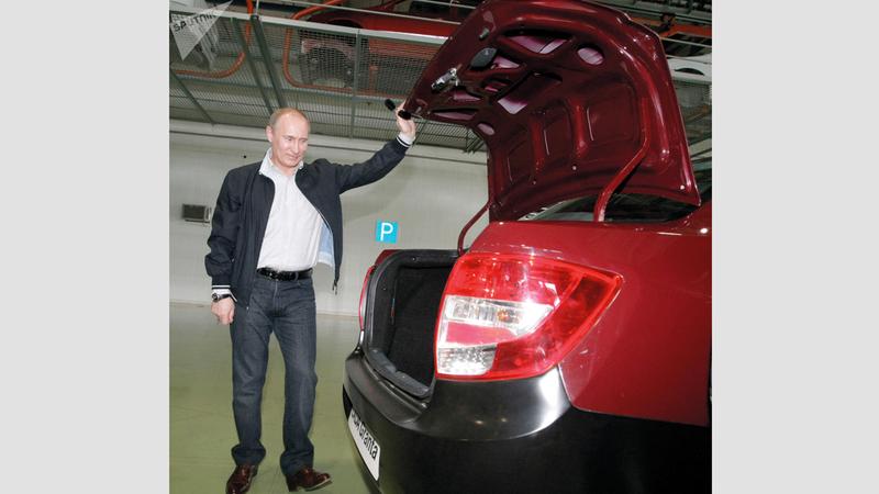 بوتين مع إحدى سياراته.  من المصدر
