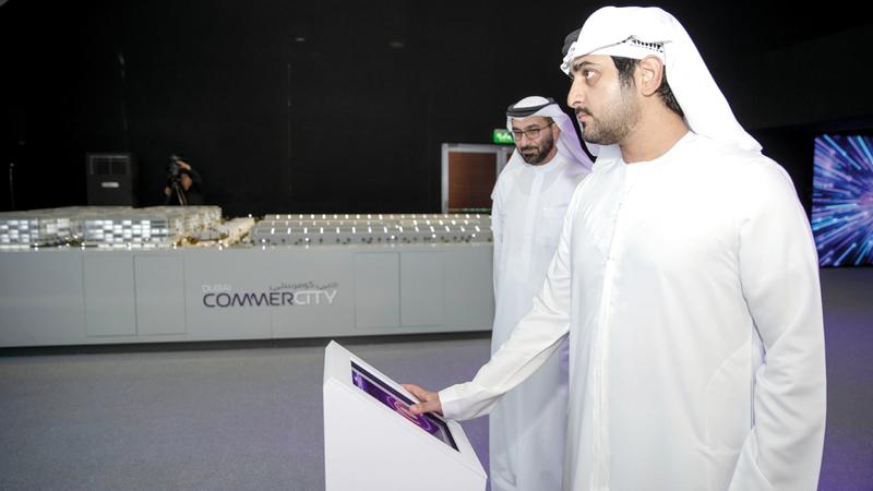 مكتوم بن محمد خلال إطلاق مشروع «دبي كومير سيتي».  وام