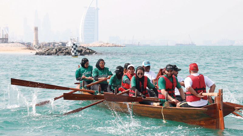 من سباق قوارب التجديف المحلية 30 قدماً، الذي نظمه نادي دبي الدولي للرياضات البحرية، بالتعاون مع الدائرة الاقتصادية في دبي، تزامناً مع فعاليات اليوم الرياضي الوطني. من المصدر
