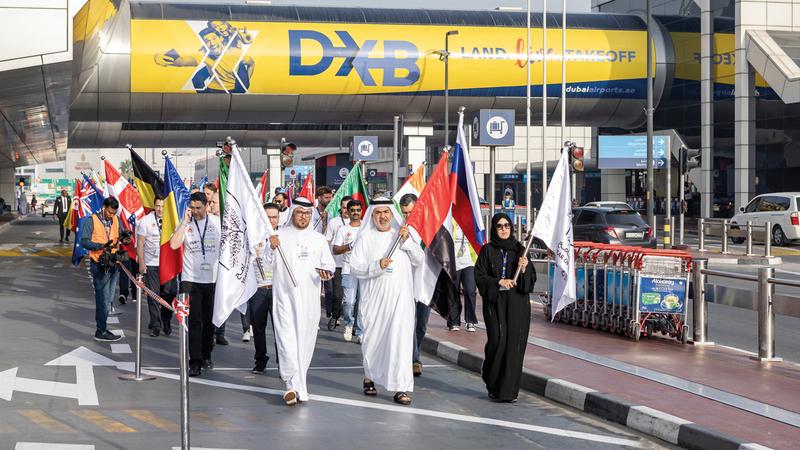 100 موظف شاركوا في مسيرة مطارات دبي. من المصدر