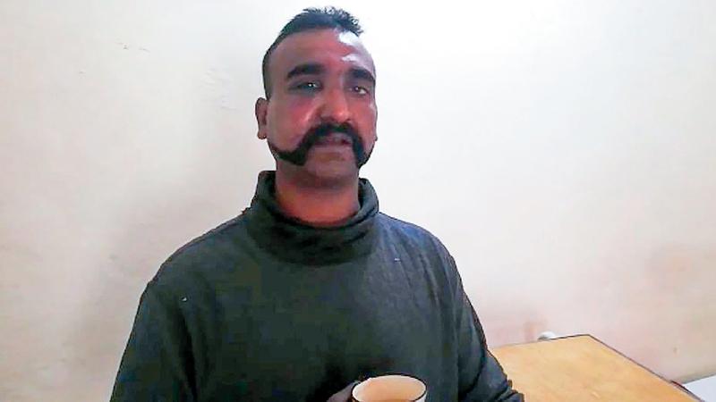 الطيار الهندي الذي أسرته باكستان بعد إسقاط طائرته.  أ.ف.ب