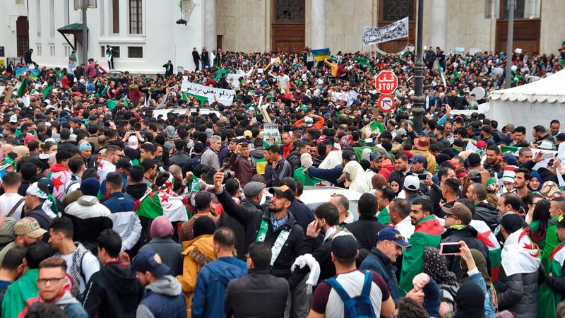 آلاف المتظاهرين في وسط العاصمة الجزائرية ضد ترشح بوتفليقة. أ ف ب
