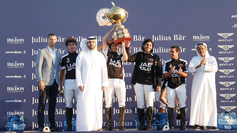 محمد بن مكتوم خلال تتويج فريق الإمارات بقيادة ميثاء بنت محمد، وبحضور خلف الحبتور. من المصدر