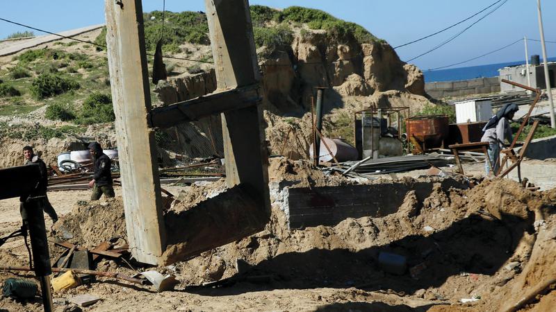 آثار القصف الإسرائيلي على أحد المواقع في خانيونس أمس. أسوشيتد برس