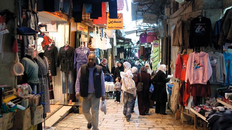 تجار في القدس يأملون في إعادة  شرايين الحياة إلى محالهم  التجارية. الإمارات اليوم