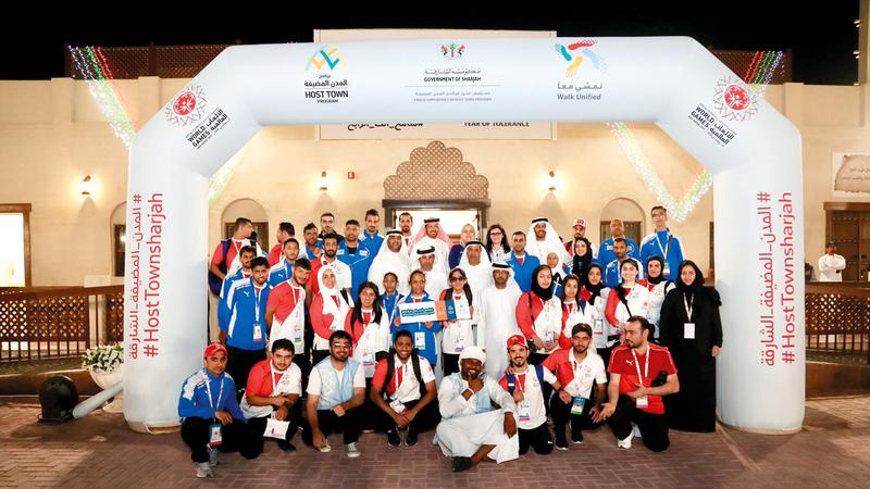 طارق بن خادم يتوسط لاعبي الأولمبياد الخاص. من المصدر